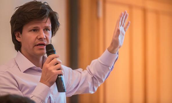 """Architekt Hans Peter Machné erläuterte, warum das künftige Hallenbad """"Mehrwert"""" bringt. Foto: Brunner Images"""