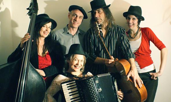 """Sigrid Gerlach Waltenberger (Akkordeon, Gesang) Sabine Linecker (Bass, Gesang), Michael Brandl (Gitarre), Eric Lebeau (Gesang, Gitarre) und Leonore von Stauss (Klavier, Gesang). Die gemeinsame Klammer zwischen den Trios """"Libertango"""" und """"Lebau"""" ist Sigrid Gerlach Waltenberger  am Akkordeon."""