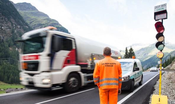 Ab 9. Oktober steht für schwere Lkw bei winterlichen Fahrverhältnissen die Felbertauern-Ampel auf Rot. Fotos: Expa/Groder
