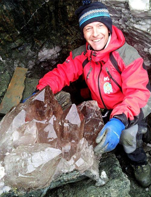 Projektmitarbeiter Stefan Obkircher mit einer mehr als 100 kg schweren Rauchquarzstufe, die nun im Kesslerstadl ausgestellt ist, kurz nach ihrer Bergung aus der Kluft.
