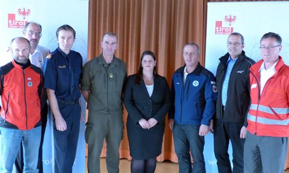 Gruppenbild mit Bezirkshauptfrau. Olga Reisner präsentierte mit den Blaulicht-Organisationen die Details zur Katastrophenschutz-Übung.