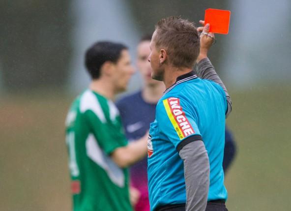 Ein Bild spricht Bände:  Schiedsrichter Jürgen Fischer zeigt dem Irschener Thomas Huber die Farbe Rot.