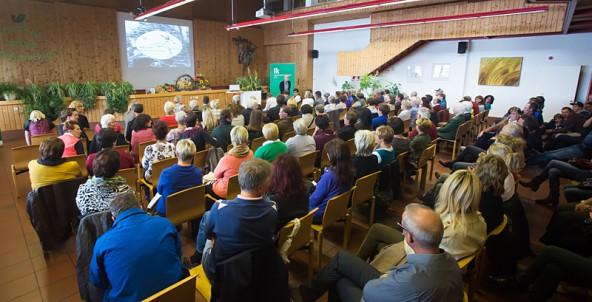 Immer noch ein Star. Toni Innauer sprach im Saal der LLA Lienz vor rund 200 Zuhörern. Fotos: Brunner Images.