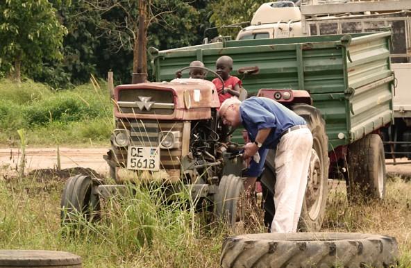Immer wieder sind auch Osttiroler vor Ort und packen an, wo Hilfe gebraucht wird. Hier repariert Sepp Klammer einen Traktor.