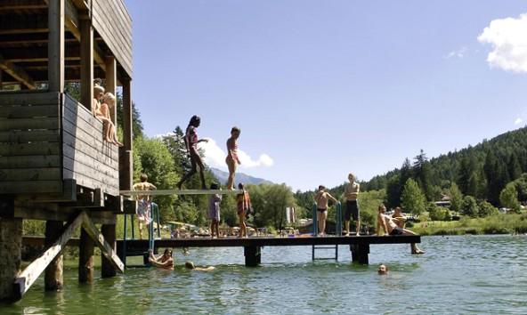 t-strandbad-tristacher-see_sprungturm-mit-Kinder_-fotoquelle_deinbergtirol