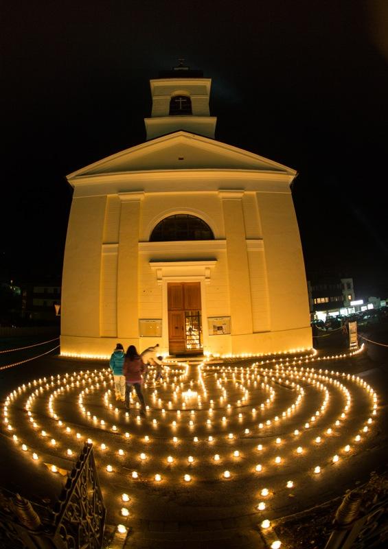 tausende Kerzen erleuchten die Pfarrkirche und den Vorplatz von St. Jakob i. Defereggen. Foto: EXPA/ Johann Groder