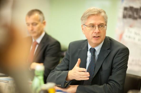Anton Klocker erklärt, warum die Lienzer Sparkasse über ihre Stiftung junge Talente fördern will. Fotos: Martin Lugger