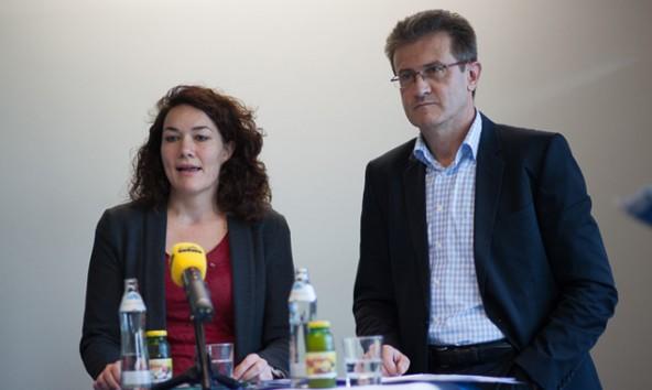 Landesrätin Ingrid Felipe und VVT-Chef Jörg Angerer erklären, wie Tirol zum Öffi-Land wird. Foto: Michael Egger