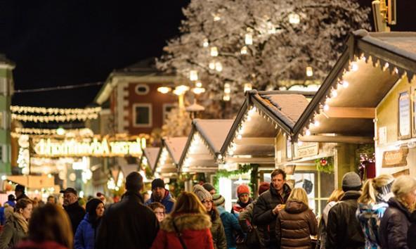 Vorne der romantisch leuchtende Hauptplatz, hinten die illuminierte Andrä-Kranz-Gasse. Das Gerangel um die Beleuchtung zu Weihnachten zeigt Gräben zwischen einigen Anrainern auf. Foto: Expa/Gruber