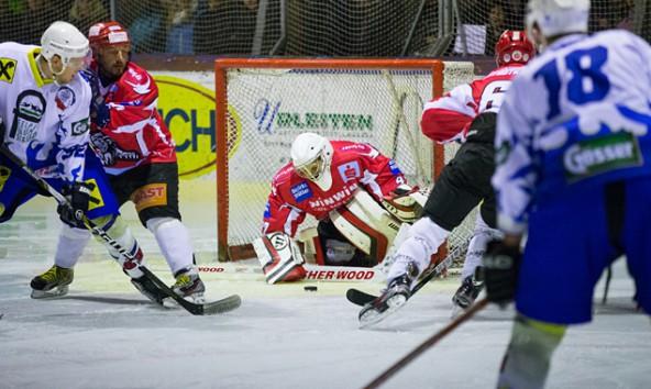 Lienz-Goalie Vorname Nachname hatte beim Auftakt der 1. Kärntner Division in Huben alle Hände voll zu tun. Fotos: Expa/Groder