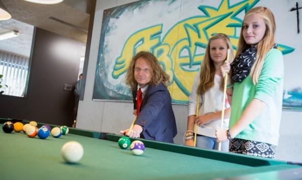 Wolfgang Walder, pädagogischer Leiter des Jugendzentrums und zwei Besucherinnen bei der Eröffnung im Sommer 2013. Foto: Brunner Images