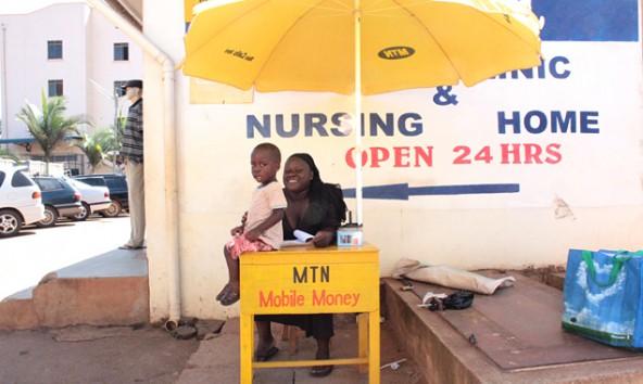 Weltspartag einmal anders. Mobile Money als Ersatz für ein Bankkonto in Uganda. Fotos: Petra Navara