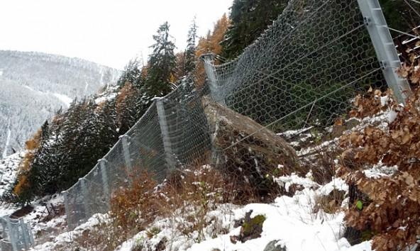 Rechts im Bild erkennt man gut den riesigen Steinbrocken, der bereits 300 Meter talwärts donnerte bevor ihn das Netz auffing.  Land Tirol/Baubezirksamt Lienz