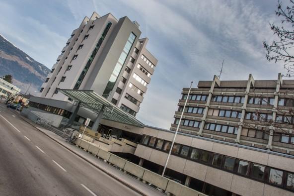 Links das sanierte Finanzamt der BIG, rechts die Bezirkshauptmannschaft. Foto: Tschurtschenthaler