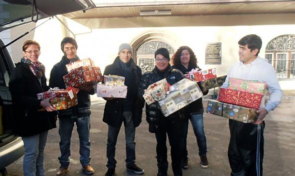 Heimlich wurden die Geschenke angeliefert, als Überraschung für die Kinder beim Santa-Claus-Fest.