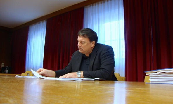 """Andreas Köll sieht in seinen Unterlagen eine """"genehmigte Form der Verschuldung in einem absoult weißen Bereich""""."""