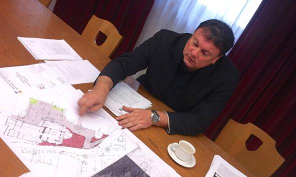"""Die Pläne auf dem Tisch von Andreas Köll betreffen zwar ein anderes Projekt, doch Highlight seiner Pressekonferenz war das """"Goldried Splash""""."""
