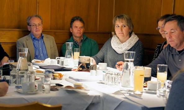 Klaus Steiner, Christoph Köll, Maria Niederegger, Traudl Staller-Mattersberger und Martin Wibmer (von links) beim Pressefrühstück der Matreier Liste. Foto: Albert Niederegger