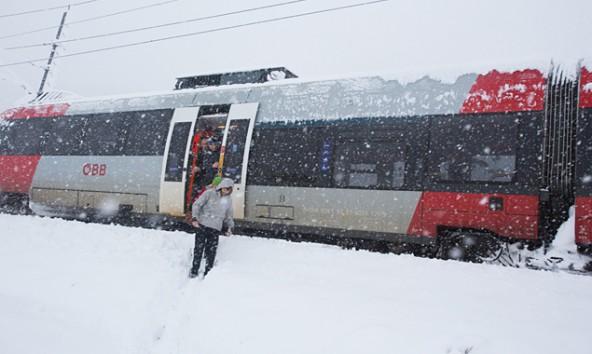 """Bei Tassenbach hieß es für die Passagiere der OEBB nach einem schneebedingten Oberleitungsschaden: """"Alles aussteigen"""". Fotos: Brunner Images"""