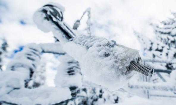 Ein massiver Schneeschaden unterbrach zum Beispiel auch die Leitung im Defereggental. Foto: Michael Gruber