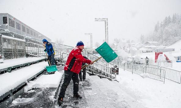 Insgesamt sind rund 150 Menschen mit den Vorbereitungen für das Rennen beschäftigt. Im Bild die Zuschauertribüne im Zielraum am 26. Dezember um die Mittagszeit. Foto: Expa/Gruber