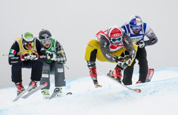 Zwei Tage lang kämpfte die Elite der Skicrosser in Innichen um Weltcuppunkte. Im Bild das Achtelfinale der Herren mit Daniel Bohnacker (GER, red), Brady Leman (CAN, green), John Teller (USA, blue) und Marco Tomasi (ITA, yellow).