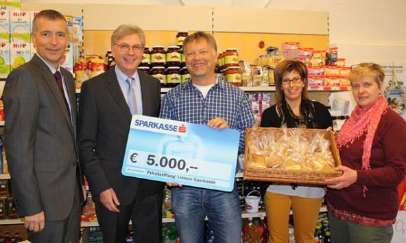 Als Geschenk zum dritten Geburtstag überreichten die beiden Sparkassen-Direktoren Martin Bergerweiß und Anton Klocker an Solali-Vereinsobmann Charly Kashofer, Geschäftsführerin Silvia Kilzer und Mitarbeiterin Maria König den Jahresbeitrag 2013 in der Höhe von 5.000 Euro.