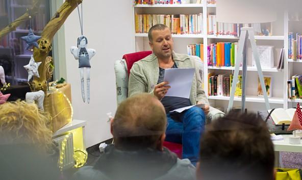 """Vor kurzem las Bernhard Aichner """"im Schaufenster"""" der Lienzer Stadtbücherei. Foto: Brunner Images"""