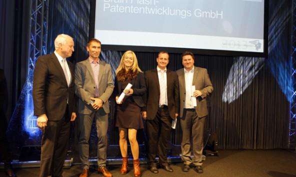 Michael Eder (2.v.l.) und Verena Eder-Zanier bei der Preisverleihung in Innsbruck. Foto: Wirtschaftsblatt