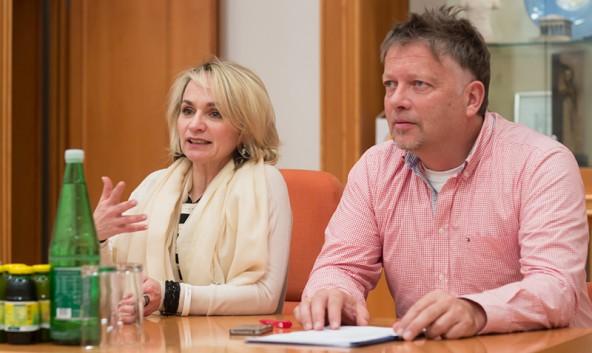 Elisabeth Blanik wünscht sich nicht nur Anregungen, sondern konkrete Lösungsvorschläge. Gemeinderat Charly Kashofer ist politischer Koordinator.