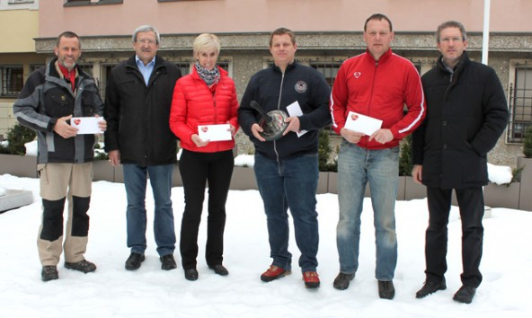 Margit Idl und Josef Lugger holten sich punktegleich den ersten Rang, Oskar Januschke und Robert Geiger gratulierten.
