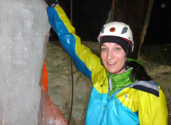 """Melanie Glaznig aus Spittal ist frischgebackene – und """"platschnasse"""" – Staatsmeisterin im Eisklettern. Fotos (2): Sepp Lederer"""