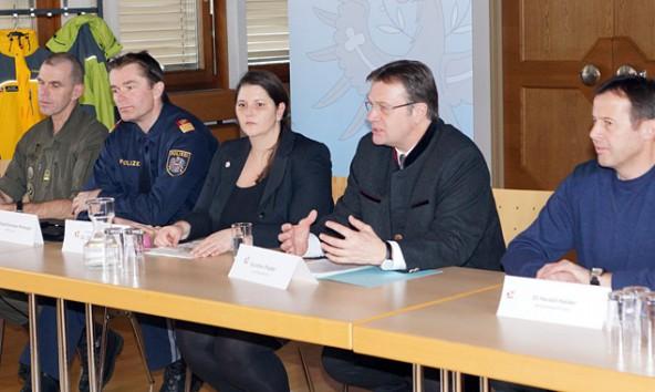 Die Einsatzleitung rund um Bezirkshauptfrau Olga Reisner gab gemeinsam mit Landeshauptmann Günther Platter eine Pressekonferenz zur Lage.