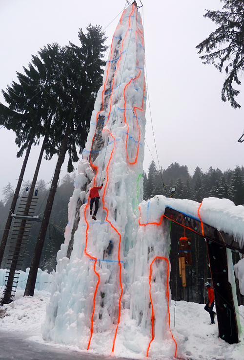 """Bei strömendem Regen turnten Österreichs beste Eiskletterer zur Spitze dieses """"Marterpfahls""""."""