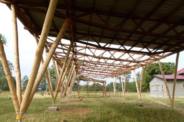 Das Dach des ersten Gebäudes in Jalimo steht. Mit Osttiroler Handwerkern und Arbeitern vor Ort soll das zweite folgen. Fotos: Kraler-Lachberger/OfJ