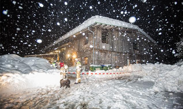 Mittels Heizkanonen wird die Schneedecke vom Dach der Lavanter Reithalle geschmolzen. Foto: Brunner Images