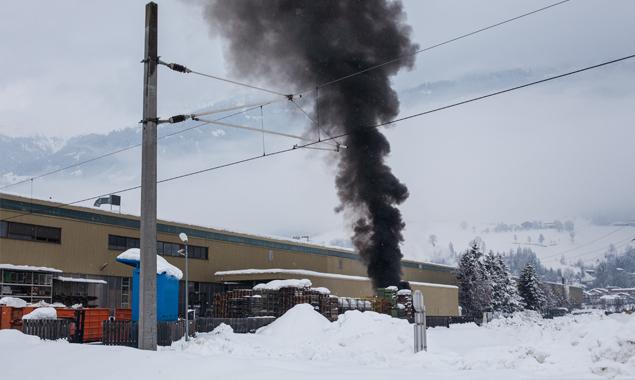 An der Ostseite bildete sich eine schwarze Rauchwolke.