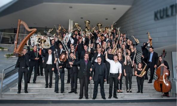 Seit einem Konzertprojekt im Februar 2012 gibt es das symphonische Blasorchester, bestehend aus 74 Hobby- und Profimusikern.