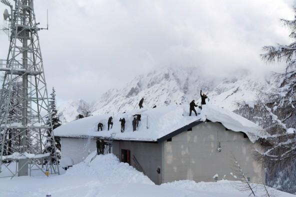 Die Soldaten der ersten Kompanie beseitigen die hohe Schneedecke auf der Sendeanlage des Rauchkofel. Foto: Oberwachtmeister Franz Faustini
