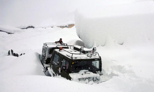 Hochgebirgsjeager-Ueberschneefahrzeug-kaempft-sich-von-Obertilliach-in-die-von-der-Umwelt-abgeschnittene-Gemeinde-Untertilliach-vor