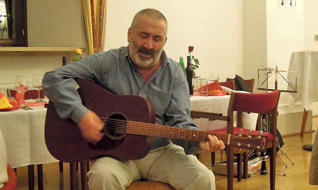 Mit von der Partie ist auch der Irländer Jack Reynolds, der in die Gitarrensaiten greifen wird.