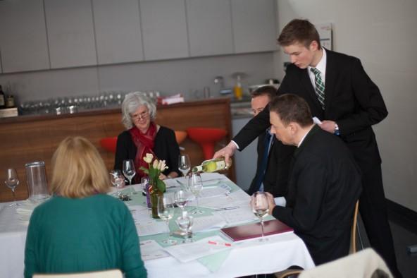 Auch im Service müssen sich die Teilnehmer von ihrer besten Seite zeigen. Fotos: Michael B. Egger