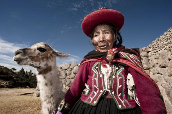 Die Familien der Lama-Bauern hüllen sich in bunte Stoffe, die wie Farbtupfer in den Öden der Hochebene wirken.