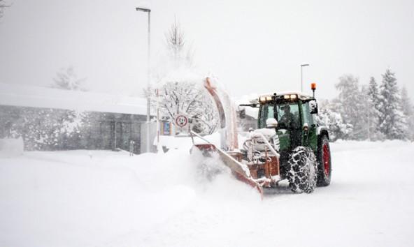 Seit den starken Schneefällen sind die Mitabeiter des Maschinenring rund um die Uhr mit Räumarbeiten beschäftigt, um die Sicherheit wiederherzustellen. Foto: Expa/Hans Groder
