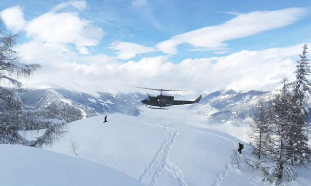 Presseunteroffizier Franz Faustini weist die anlandende Mannschaft im Black Hawk ein. Foto: Oberwachtmeister Franz Faustini