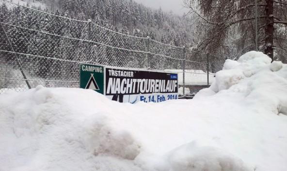 Nicht nur das Plakat, auch der Lauf in Tristach würde im Schnee versinken. Daher wurde das sportliche Event auf 14. März verlegt. Foto: Organisationskomitee Nachttourenlauf
