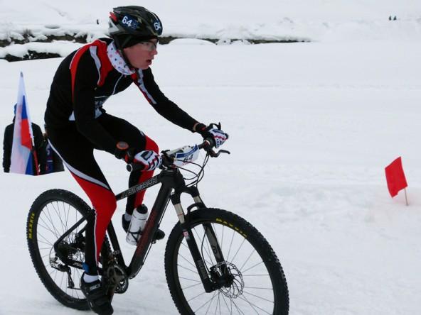 Mit über einer Minute Vorsprung stieg Michael Singer auf das Mountainbike, auf dem es ihm vorerst gelang, seine Führung zu verteidigen. Fotos: Elisabeth Singer