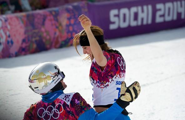 Gemeinsamer Jubel! Goldmedaillen-Gewinnerin Julia Dujmovits gratuliert Benjamin Karl nach dem Rennen.