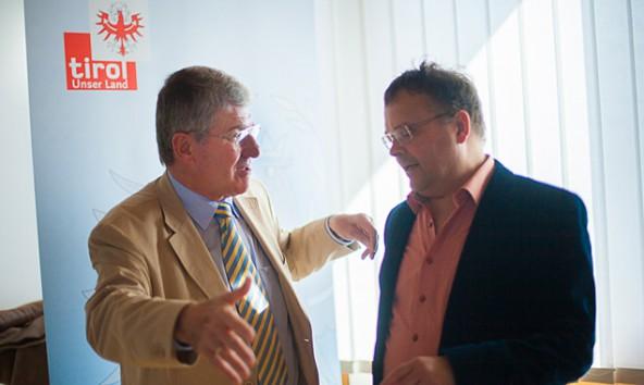 Bruno Wallnöfer und Gerald Hauser diskutieren beim Energiegipfel in Lienz. Das Thema ist vermutlich Natura 2000.