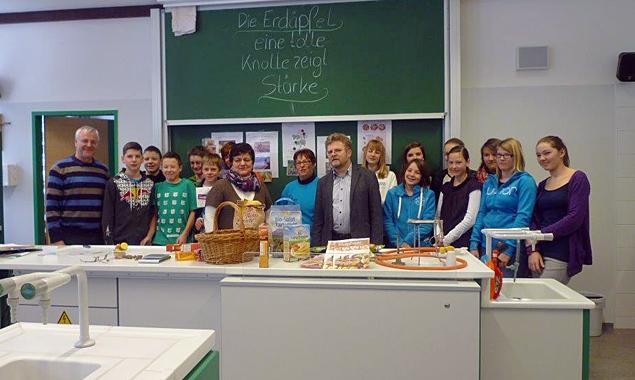 Direktor Willi Veider, Pädagoge Hartwig Haidacher und seine 4. Klasse freuten sich über die Abwechslung durch den Unterricht von Bäuerin Rosi Grimm, die von Bezirksbäuerin Anna Frank unterstützt wurde. Foto: NMS St. Jakob.